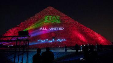 """""""Restez chez vous"""" : la grande pyramide de Gizeh illuminée face au coronavirus"""