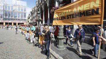 Des Catalans forment des tours humaines à Bruxelles pour un soutien à un référendum