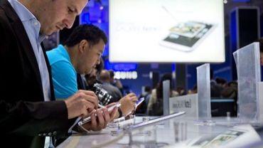 Des visiteurs testent des tablettes numériques au salon IFA de Berlin, le 30 août 2012