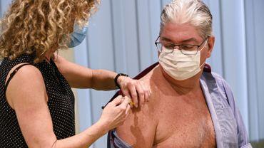 Un des 2000 volontaires belges a reçu son injection de CureVac à Bruxelles