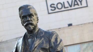 Statue d'Ernest Solvay devant le siège du groupe Solvay à Bruxelles