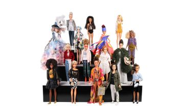 Quinze créateurs relookent les silhouettes de Barbie Fashionistas.