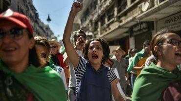 """Des Algériens manifestent contre le """"système"""" au pouvoir, à Alger, le 4 octobre 2019"""