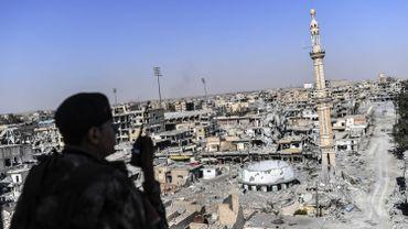 """L'ex-""""capitale"""" de l'EI en Syrie est devenue le symbole des pires atrocités commises par l'organisation djihadiste, qui y aurait planifié des attentats ayant frappé plusieurs pays ces dernières années, notamment en Europe."""