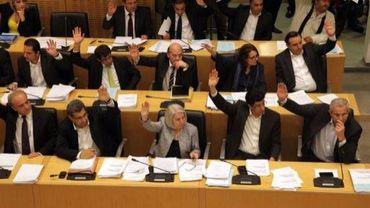 Les députés chypriotes votent pour approuver des mesures liées au plan de sauvetage de l'économie dy pays, le 22 mars 2013 au Parlement à Nicosie