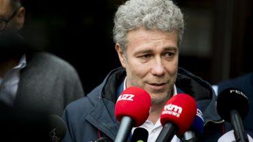 """Le ministre de la région de Bruxelles, Alain Maron, lors d'une conférence de presse concernant la contamination de la maison de retraite """"La Cambre""""."""