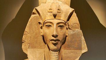 Une statue représentant Akhénaton