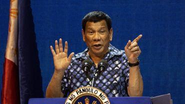 Le président philippin Rodrigo Duterte signe une loi punissant le harcèlement de rue