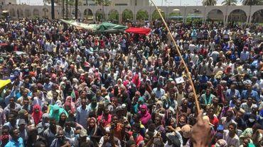 Des milliers de personnes manifestent le 6 avril 2019 près du QG de l'armée à Khartoum