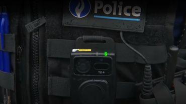 La bodycam est placée sur le gilet par-balles du policier