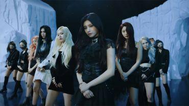 """Des figures emblématiques de la K-pop comme SuperM, H.O.T., BoA, Super Junior, Ha:tfelt de Wonder Girls et Sandara Park de 2NE1 apparaissent dans """"K-Pop Evolution""""."""