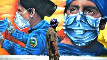 Une peinture murale montre un soignant et une policière à Tegucigalpa, au Honduras, le 14 septembre 2020