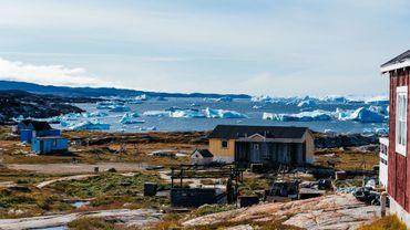 Seules 57000 personnes vivent au Groenland, organisées en petites communautés sur les bords de la calotte glaciaire, en première ligne du changement climatique.