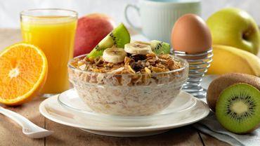 Un petit déjeuner généreux et équilibré, associé à un dîner moins copieux, pourrait aider les diabétiques de type 2 à gérer leurs taux de glucose et d'insuline.