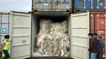 Photographie prise le 16 juillet 2019 et diffusée le 17 juillet 2019 par le ministère cambodgien de l'Environnement, montrant un conteneur chargé de déchets plastiques découvert dans le port de Sihanoukville au Cambodge