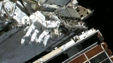 Capture d'une vidéo fournie par la Nasa montrant les astronautes Chris Cassidy (D) et Tom Marshburn effectuant des réparations sur l'ISS le 11 mai 2013