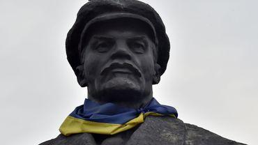 Statue de Lénine entourée du drapeau ukrainien à Slavyansk, dans la région de Donetsk, en Ukraine
