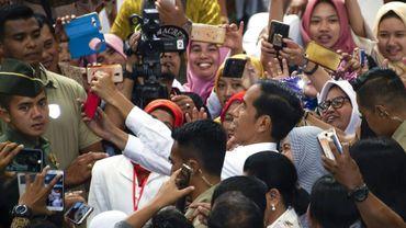 Le président indonésien sortant Joko Widodo, en campagne dans la province de Java, prend un selfie avec ses supporters, le 3 avril 2019