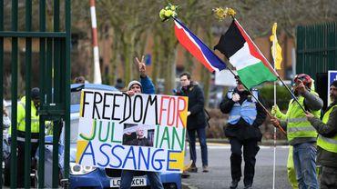 Ce matin, à Londres, une poignée de partisans de Julian Assange manifestent devant la Woolwich Crown Court.