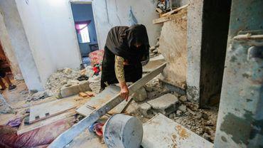 Une proche de la Palestinienne enceinte tuée avec son bébé de 18 mois par des frappes aériennes israéliennes inspecte la maison de la famille, dans la bande de Gaza, le 9 août 2018
