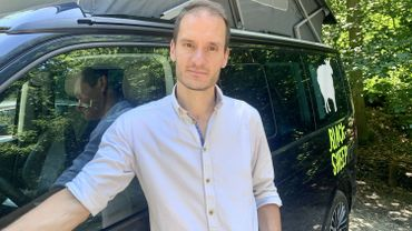Pendant la période du confinement belge, Evan Laloux achète quatre Vans aménagés pour y dormir afin de les mettre en location.