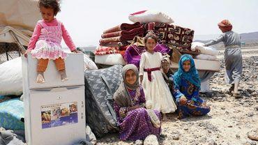 Les enfants du Yéménite Hadi Ahmed, sont assis dans le camp de déplacés de Souweïda, le 16 septembre 2020