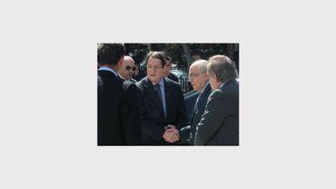 Le président chypriote Nicos Anastasiades (3e g) serre la main du président du Parlement Yiannakis Omirou (2e d), le 18 mars 2013 à Nicosie
