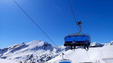 Skieurs dans le domaine d'Obertauern, près de Salzbourg, en Autriche, le 31 mars 2021