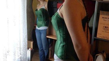 Emilie vient de terminer un corset vert émeraude, destiné à une jeune cliente de Fontaine-l'Evêque.