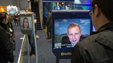 Deux personnes se parlant par écrans interposés lors du Consumer Electronic Show (CES) de Las Vegas en janvier 2017 (PHOTO D'ILLUSTRATION).