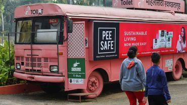 Pour la modeste somme de cinq roupies (6,4 centimes d'euro), n'importe quelle femme peut monter à bord pour utiliser les toilettes, allaiter des bébés ou encore acheter des couches ou serviettes hygiéniques.