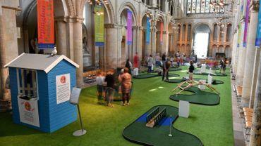 La cathédrale médiévale de Rochester (sud-est de l'Angleterre) a trouvé une idée: transformer sa nef en mini-golf.