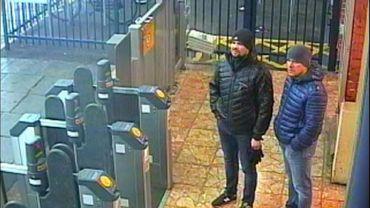 Photo diffusée par la police britannique le 3 mars 2018 d'Alexandre Petrov et Ruslan Boshirov, filmés par une camera à la gare de Salisbury, suspectés par Londres d'avoir perpétré la tentative d'empoisonnement au Novitchok de l'ex-espion russe Sergueï Skripal