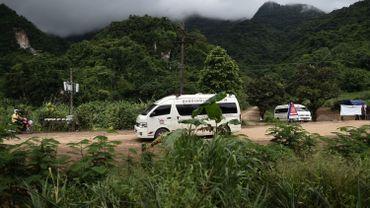 """Enfants coincés dans une grotte en Thaïlande: """"De bonnes nouvelles dans quelques heures"""""""