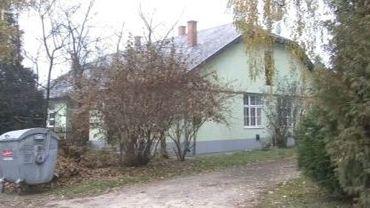 Afin d'éviter des expulsions de locataires pour retard de paiement, un groupe d'étudiants a mis sur pied un projet: Szociális Építőtábor, un camp de rénovation de rénovation de logements publics, qui fait appel au bénévolat.
