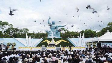 Lâcher de colombes autour de la Statue de la paix durant une cérémonie marquant le 69ème anniversaire de la bombe atomique sur Nagasaki, le 9 août 1945