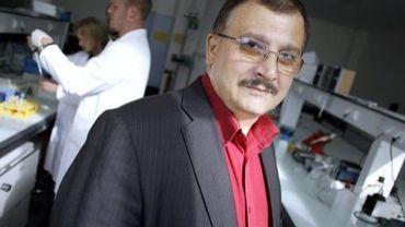 Le professeur Gilles-Eric Séralini, dans son laboratoire à Caen le 18 septembre 2012