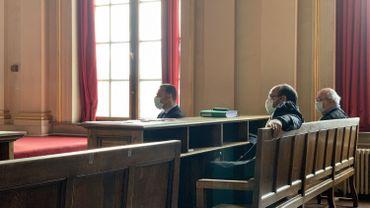 Jean-Charles Luperto, le député-bourgmestre de Sambreville, s'exprime pour la première fois publiquement depuis son inculpation. Au deuxième rang, ses deux avocats Marc Uyttendaele et Marc Preumont