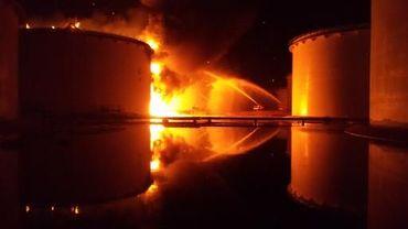 Un incendie ravageant un immense dépôt de stockage d'hydrocarbures près de Tripoli le 28 juillet 2014.