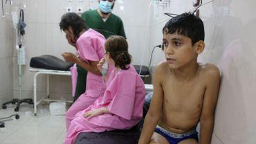 Des civils pris de suffocation après un bombardement par des hélicoptères se font soigner dans un hôpital d'Alep, ce 6 septembre.