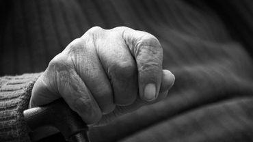 La sexagénaire est déclarée coupable d'avoir privé son père, né en 1927, d'aliments et de soins (photo d'illustration)