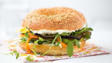 Recette : bagel végétarien à l'aubergine et julienne de poivron et de carottes