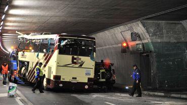Le car accidenté dans le tunnel