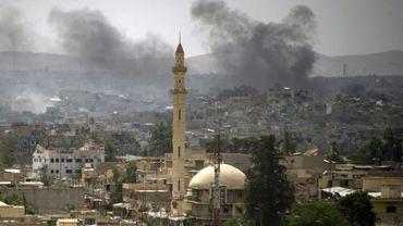 Un panache de fumée au-dessus de la vieille ville de Mossoul après une frappe aérienne lors de la bataille entre les forces progouvernementales et les jihadistes du groupe Etat islamique (EI), le 8 juillet 2017