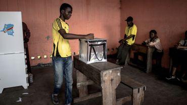 Un citoyen congolais vote dans le district de Victoire à Kinshasa
