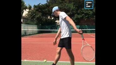 Il invente un nouveau service surprenant au tennis