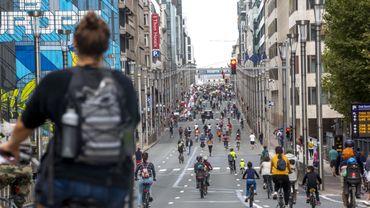 La rue de la Loi envahie par les cyclistes lors du Dimanche sans voiture.