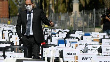 Le président régional catalan Quim Torra visite une installation de chaises représentant chacune un militant séparatiste poursuivi par la justice espagnole, le 11 septembre 2020 à Barcelone