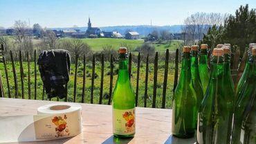 Les bouteilles de la Cidrerie du Condroz s'habillent sous le soleil