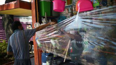Un film plastique tendu devant une boutique, à Mexico, pour éviter la contagion au coronavirus, le 5 mai 2020